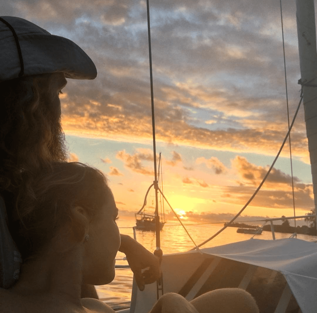 The squall in French Polynesia - Harba blog - couple in a yacht during the sunset