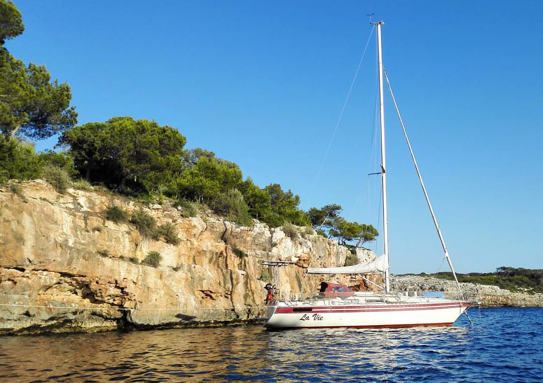 La Vie sailboat on the water next to the rocks - Harba Blog